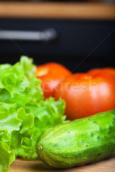 Vegetáriánus étel zöldségek paradicsom uborka saláta fa asztal Stock fotó © AGorohov