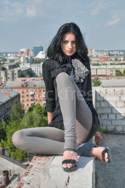 Genç kadın gündelik oturma çatı kadın üst Stok fotoğraf © Aikon