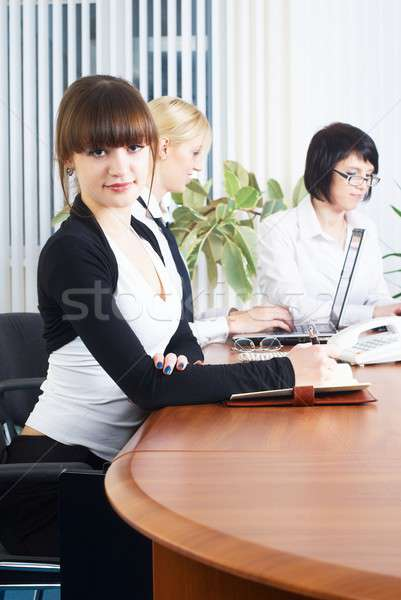 Reunión jóvenes negocios damas tres empresarias Foto stock © Aikon