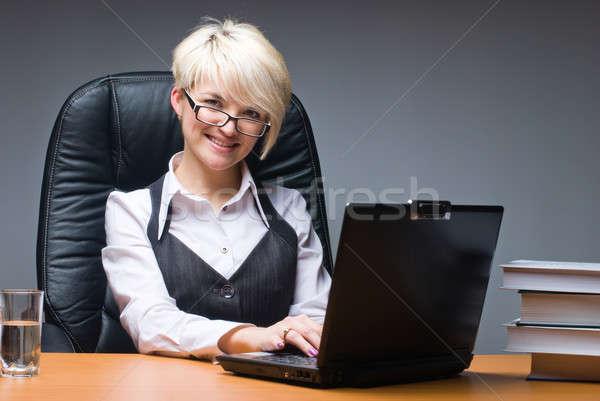 привлекательный деловая женщина ноутбука молодые красивой бизнеса Сток-фото © Aikon