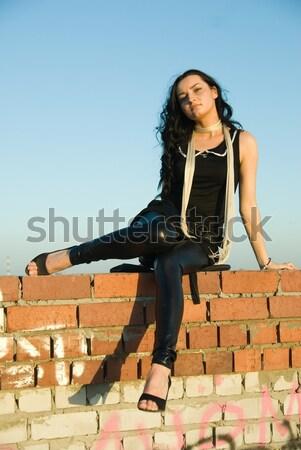 Stockfoto: Meisje · vergadering · dak · Rood · muur · vrouw