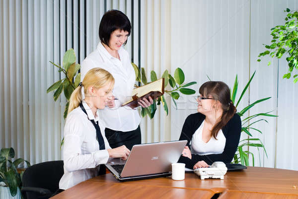 Vergadering jonge business dames drie onderneemsters Stockfoto © Aikon