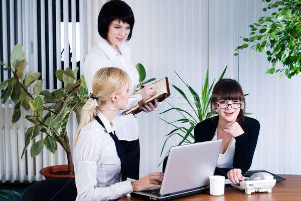 Equipe retrato empresárias escritório sorridente negócio Foto stock © Aikon