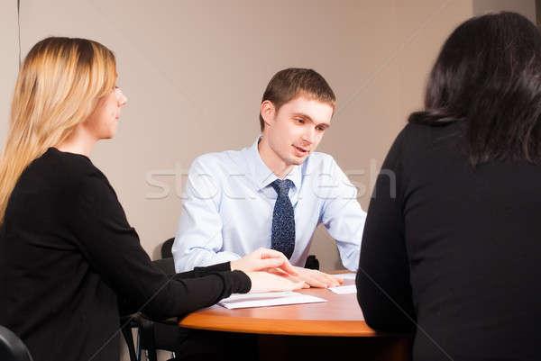 Jonge geslaagd zakenman kantoor kleine groep zakenlieden Stockfoto © Aikon