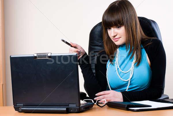 Zakenvrouw laptop werken kantoor glimlachend computer Stockfoto © Aikon
