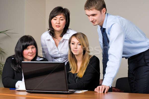 üzleti megbeszélés laptop modern iroda számítógép mosoly Stock fotó © Aikon