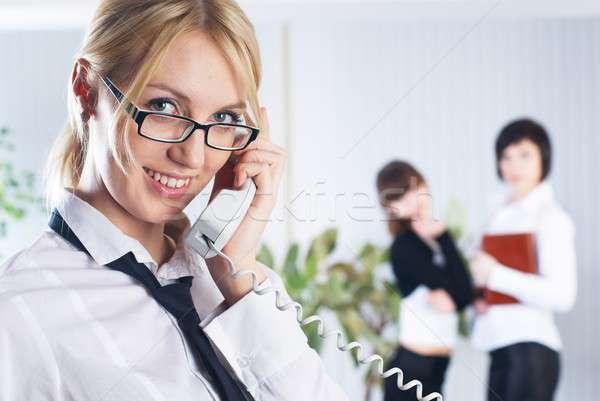 Roepen vrouw jonge zakenvrouw telefoon kantoor Stockfoto © Aikon