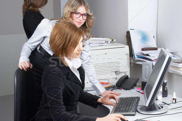 Zakenvrouw computer werken collega's business internet Stockfoto © Aikon