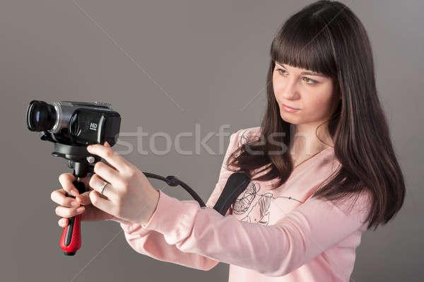 Jóvenes mujer bonita cámara de vídeo retrato chica atractiva reportero Foto stock © Aikon