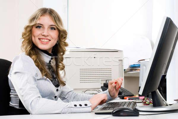 Fiatal üzletasszony üzletasszony ül számítógépmonitor iroda Stock fotó © Aikon