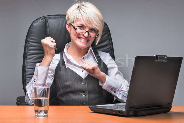 Enojado mujer de negocios de trabajo portátil oficina nervioso Foto stock © Aikon