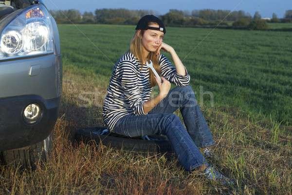 Genç sarışın kadın kırık araba kız araba Stok fotoğraf © Aikon