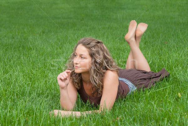 Aantrekkelijk meisje gras jonge mooie glimlachende vrouw vrouw Stockfoto © Aikon