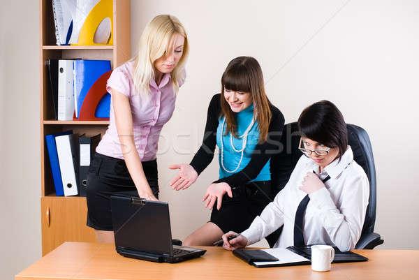 Stok fotoğraf: üç · işkadınları · ofis · çalışma · dizüstü · bilgisayar · gülen