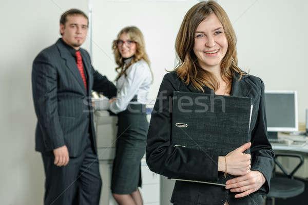 ストックフォト: 笑みを浮かべて · 若い女性 · オフィス · 魅力的な · ビジネス · 女性