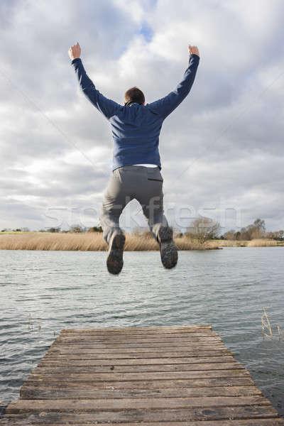 Man springen rand dok gelukkig Stockfoto © Aitormmfoto