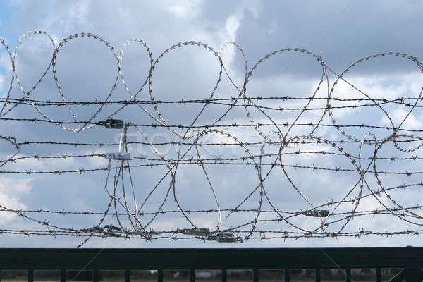Ograniczony ogrodzenia drutu kolczastego więzienia Zdjęcia stock © ajt