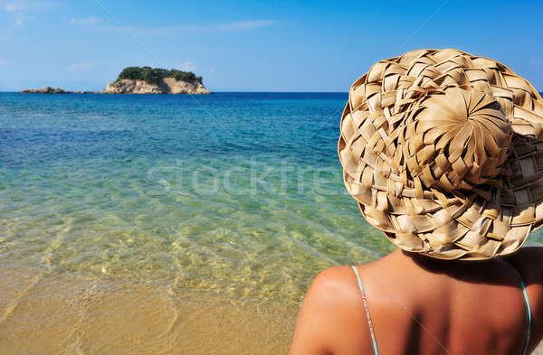 Genç kadın şapka bakıyor küçük ada Stok fotoğraf © akarelias