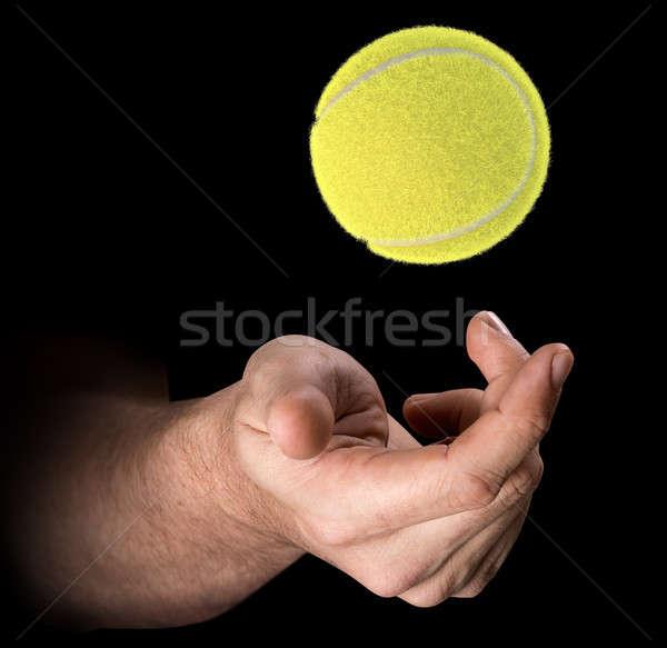 Stockfoto: Hand · tennisbal · mannelijke · omhoog · lucht · geïsoleerd