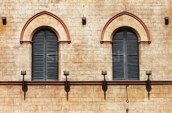 Ortaçağ pencereler duvar sokak Metal çerçeve Stok fotoğraf © alessandro0770