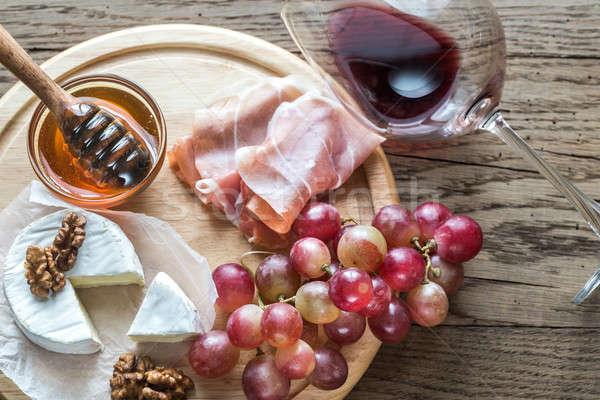 Camembert queso vidrio vino tinto gafas rojo Foto stock © Alex9500