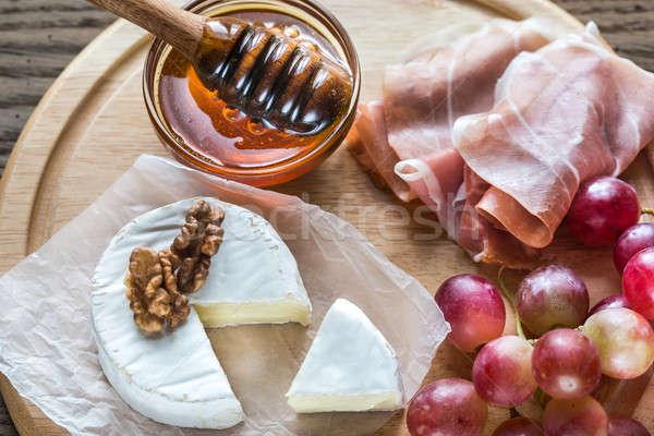 Camembert queso nueces prosciutto papel frutas Foto stock © Alex9500