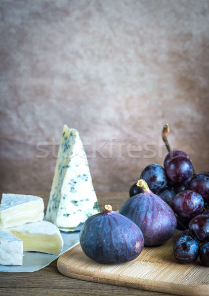 Camembert uvas pared frutas azul bordo Foto stock © Alex9500
