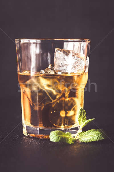 Stockfoto: Glas · rum · donkere · achtergrond · ijs · tabel