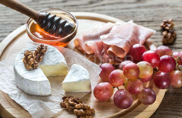 Queijo camembert queijo nozes prosciutto papel café da manhã Foto stock © Alex9500