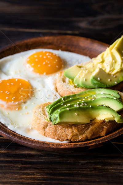Frito ovos abacate ovo pão escuro Foto stock © Alex9500