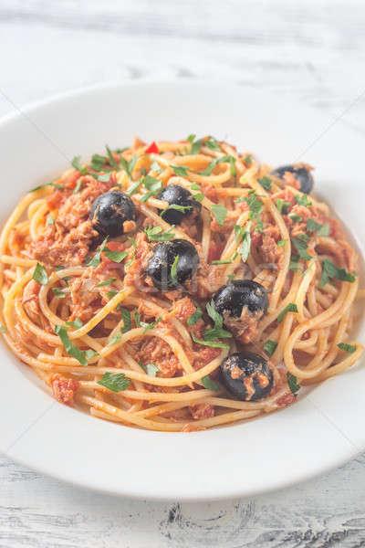 Spaghetti tonno olive nere pesce sfondo rosso Foto d'archivio © Alex9500