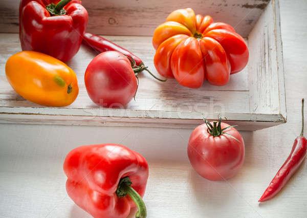 Fresche pomodori peperoni legno vassoio tavola Foto d'archivio © Alex9500
