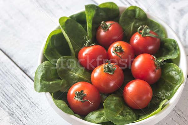 Friss koktélparadicsom spenót levelek zöld tányér Stock fotó © Alex9500