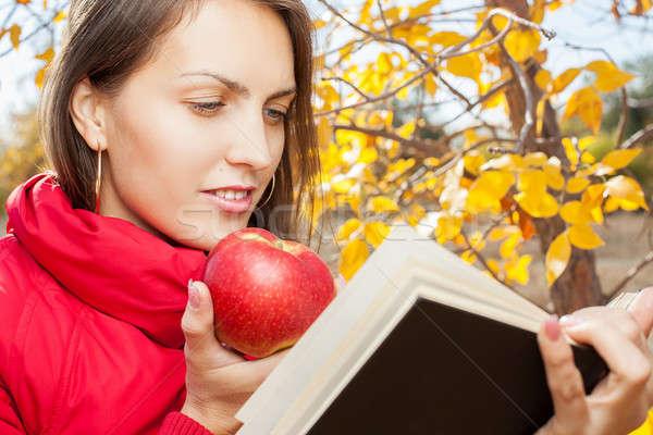 Charmant fille pomme automne parc livre Photo stock © alexandkz