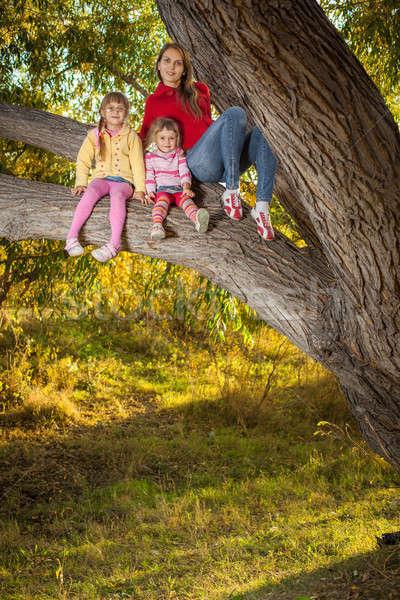 Família para cima árvore menina primavera bebê Foto stock © alexandkz