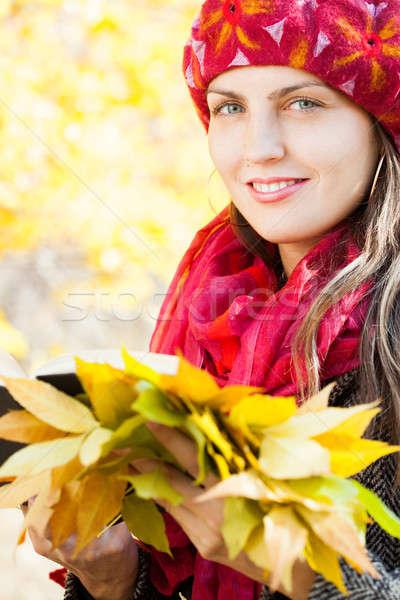 Jeune femme automne jaune érable jardin Photo stock © alexandkz