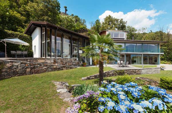 ストックフォト: 山 · 家 · 屋外 · 近代建築 · 花 · ホーム