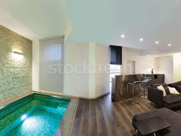 Interieur woonkamer zwembad architectuur breed vliering stockfoto alexandre - Zwembad interieur design ...