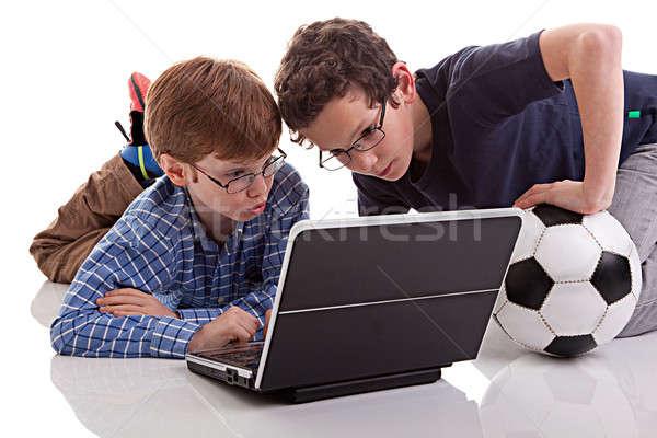 Dois meninos sessão piso jogar computador Foto stock © alexandrenunes