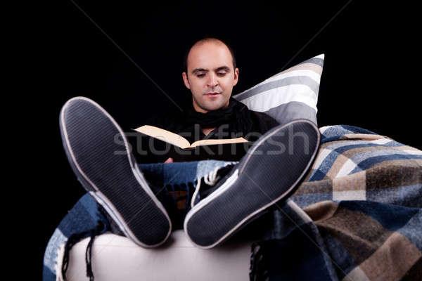 Foto stock: Homem · sofá · leitura · livro · isolado · preto