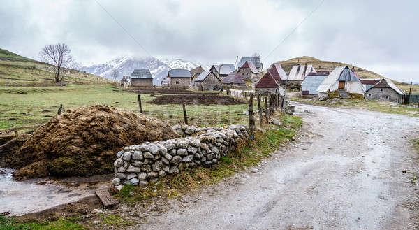 Aldeia montanhas velho estrada neve viajar Foto stock © alexeys