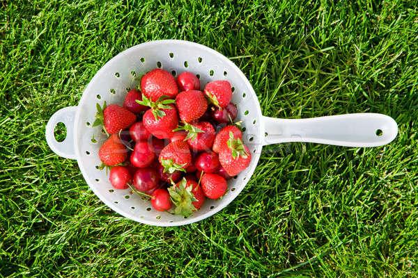 Fruto fresco morangos cerejas grama comida Foto stock © alexeys