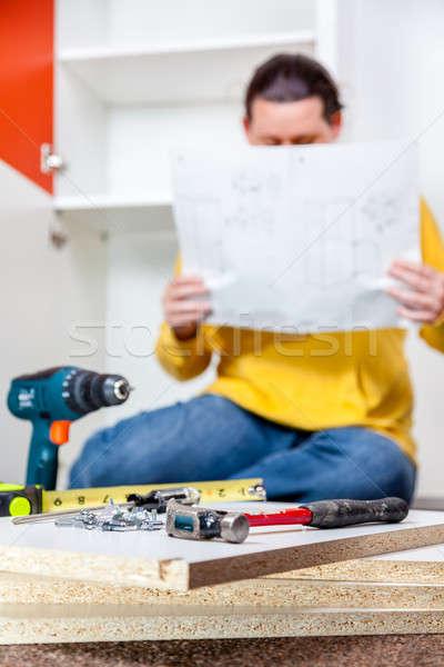 Muebles mujer lectura instrucciones herramientas primer plano Foto stock © alexeys