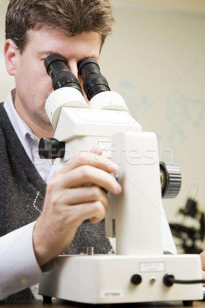 Pesquisa cientista espécime microscópio homem Foto stock © alexeys