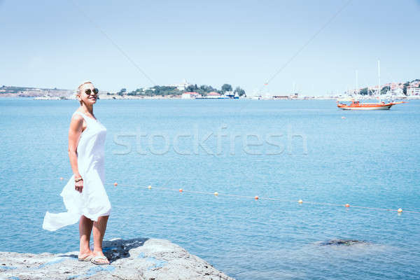 Fekete tenger part gyönyörű nő néz tengerpart Stock fotó © alexeys