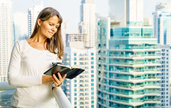 Relaxante varanda ver mulher madura leitura livro Foto stock © alexeys