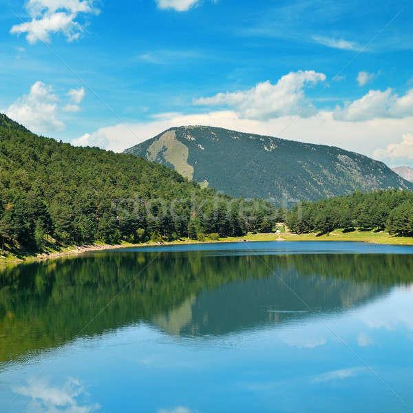 Meer bergen blauwe hemel pittoreske water gras Stockfoto © alinamd