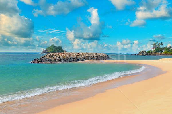 óceán homokos tengerpart kék ég égbolt víz felhők Stock fotó © alinamd