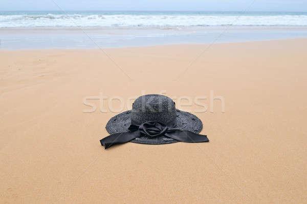 Szalmakalap homokos tengerpart tengerpart égbolt természet háttér Stock fotó © alinamd