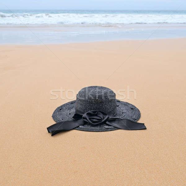 Szalmakalap homokos tengerpart tengerpart égbolt háttér kék Stock fotó © alinamd